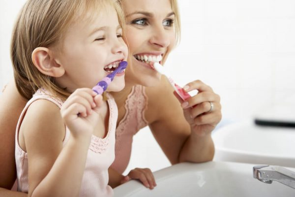 child-brushing-teeth-with-mum-avoiding-bad-breath